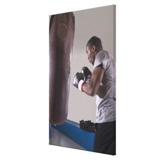 Boxeur à l'aide du sac de sable dans le gymnase impression sur toile