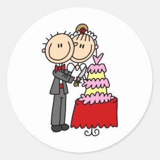 Braut und Bräutigam durch den Hochzeitstorte-Aufkl Runder Aufkleber