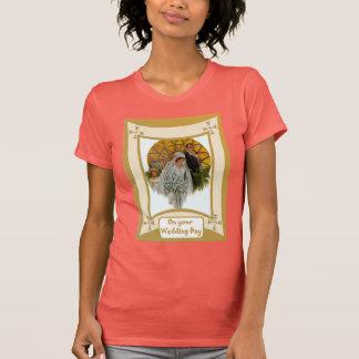 Braut vor einem Kirchenfenster T-Shirt