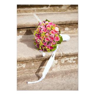 Brautblumenstrauß auf den Schritten, die Einladung