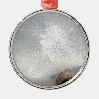 Brechende Wellen auf Felsen auf dem adriatischen Rundes Silberfarbenes Ornament