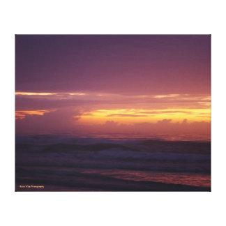 Brennender Sonnenaufgang auf dem Strand Leinwanddruck