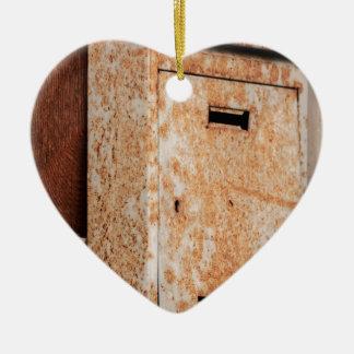 Briefkasten rostig draußen keramik Herz-Ornament