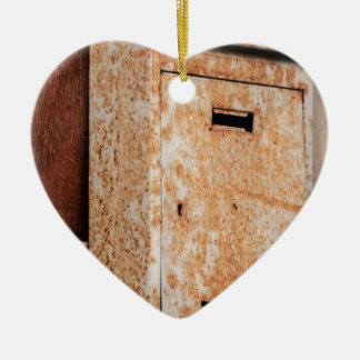 Briefkasten rostig draußen keramik ornament