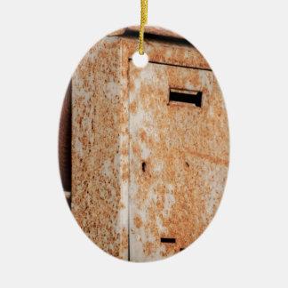 Briefkasten rostig draußen ovales keramik ornament