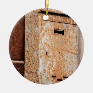 Briefkasten rostig draußen rundes keramik ornament