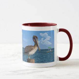 Brown-Pelikan auf einem Posten Tasse