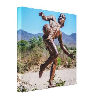 Brown-Statue des Mannes tretendes Futbol in Mexiko Leinwanddruck