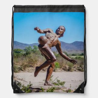Brown-Statue des Mannes tretendes Futbol in Mexiko Turnbeutel