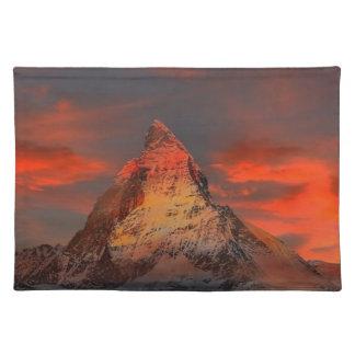 Brown und graues Weiß-Berg unter bewölktem Himmel Tischset