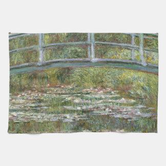 Brücke über einem Teich der Wasser-Lilien durch Handtuch
