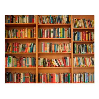 Bücher auf Bücherregal-Hintergrund Postkarte