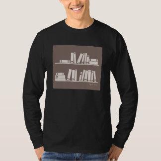Bücher auf dem Regal für das Ablesen des T-Shirt