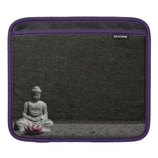 Buddha im grauen Raum - 3D übertragen iPad Sleeve