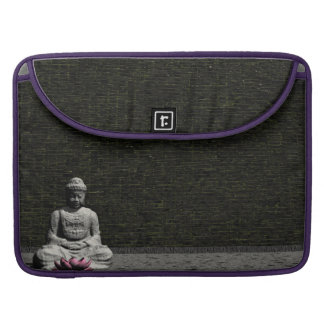 Buddha im grauen Raum - 3D übertragen MacBook Pro Sleeve