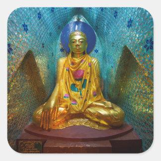 Buddha in der verzierten Nische Quadratischer Aufkleber
