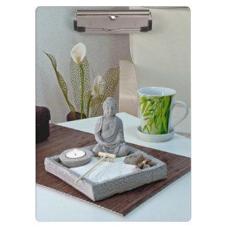 Buddha-Statue im Zen-Steingarten-Klemmbrett Klemmbrett