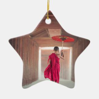 Buddhistischer Mönch mit rotem Regenschirm Keramik Ornament