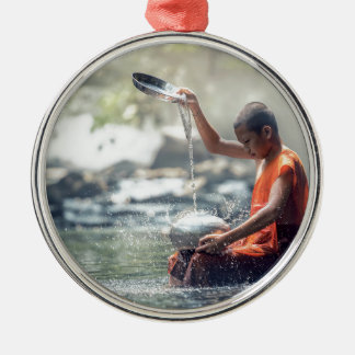 Buddhistischer Mönch-waschende Werkzeuge Silbernes Ornament