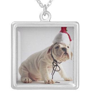 Bulldoggen-Welpen-tragende Weihnachtsmannmütze Halskette Mit Quadratischem Anhänger