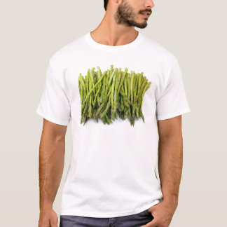 Bündel roher Spargel auf Weiß T-Shirt