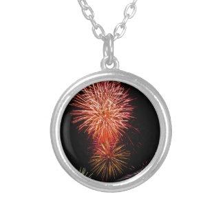 Bunte Feuerwerke der verschiedenen Farben leuchten Halskette Mit Rundem Anhänger