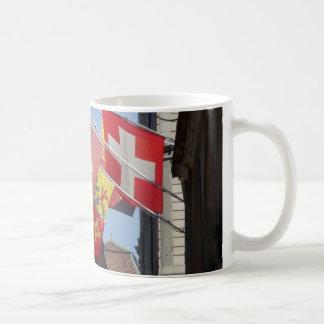 Bunte Flaggen in Genf, die Schweiz Kaffeetasse