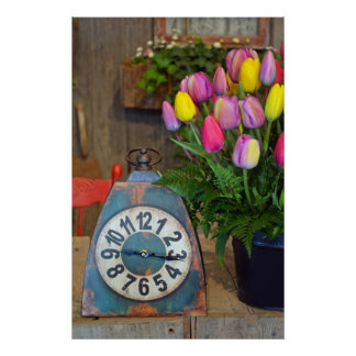 Bunte Frühlingstulpen und altes Uhrplakat Poster
