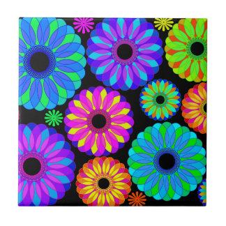 Bunte Retro Blumen-Muster auf schwarzem Kleine Quadratische Fliese
