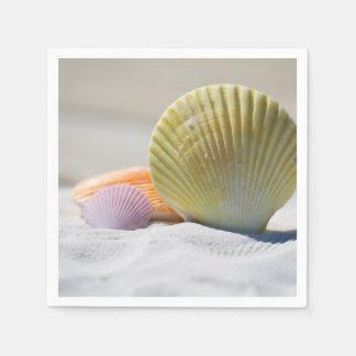 Bunte Seashells im Sand Serviette