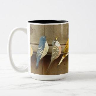 Bunte Vögel auf einem Zaun Zweifarbige Tasse