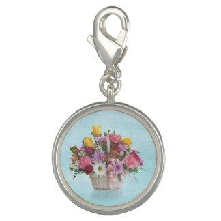 Bunter Blumenstrauß in einem Korb Charms