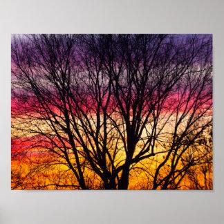 Bunter Sonnenuntergang mit einem silhouettierten Poster