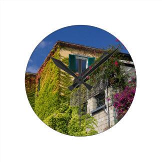 Buntes Blätter auf Haus Runde Wanduhr