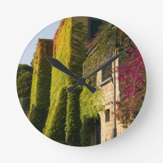 Buntes Blätter auf Hauswänden Runde Wanduhr