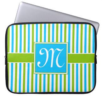 Buntes blaues und grünes Streifen-Muster-Monogramm Laptop Sleeve
