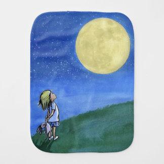 Burp Stoff mit einem kleinen Mädchen, das den Mond Baby Spucktuch