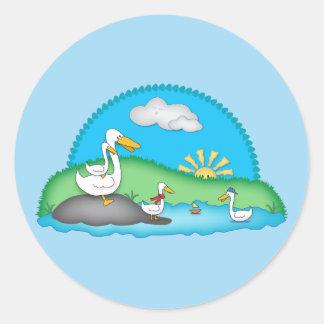 Canards mignons aux autocollants ronds d'étang