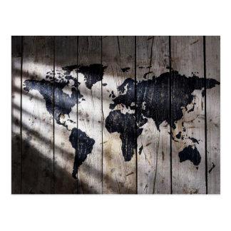 Carte du monde sur la texture en bois cartes postales