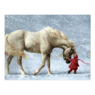 Carte Postale Enfant menant un cheval dans la neige