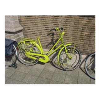 Carte postale jaune lumineuse drôle de bicyclette