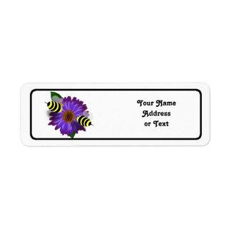 Cartoon-Honig-Bienen, die auf lila Blume sich