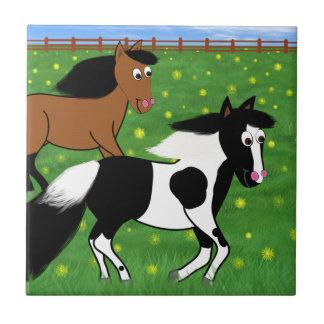 Cartoon-Pferde, die in Feld laufen Kleine Quadratische Fliese