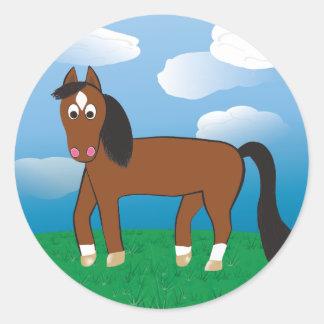 Cartoon-Pferdebucht mit weißen Socken Runder Aufkleber