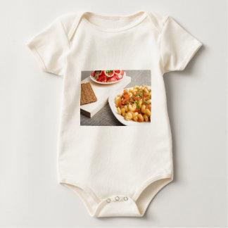Cavatappi Teigwaren mit Soße des gedämpften Baby Strampler
