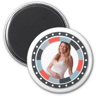 Cercle génial frame2 - gris et rouge sur le blanc magnet rond 8 cm