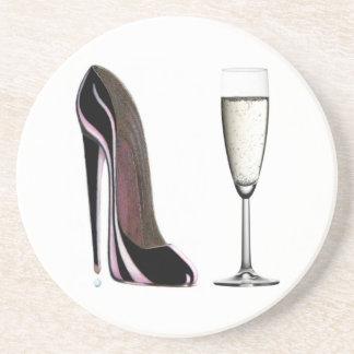 Champagne-Glas und schwarzer Stilettschuh Untersetzer