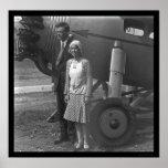 Charles Lindbergh und Ehefrau nahe bei Flugzeug 19 Plakatdrucke