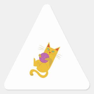 Chaton espiègle sticker triangulaire