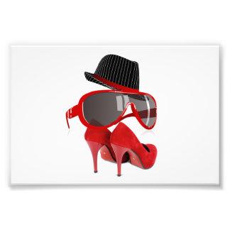 Chaussures et verres rouges de casquette de dames photo